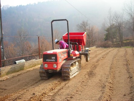 Paola-Ferrari,-owner-of-the-farm,-is-the-seeder-of-potatoes