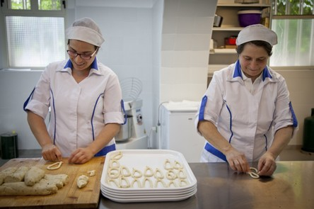 basilicata-Enza-and-Michela,-mother-and-daughter,-production-cookie-traditional-Gallicchio